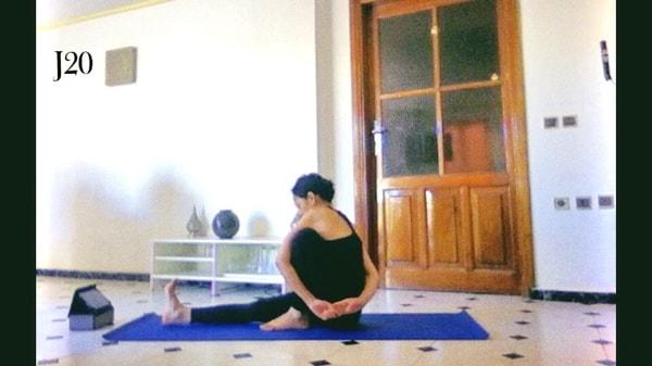 posture de yoga, ashtanga yoga, posture du rayon de lumière ou Marichyasana 1