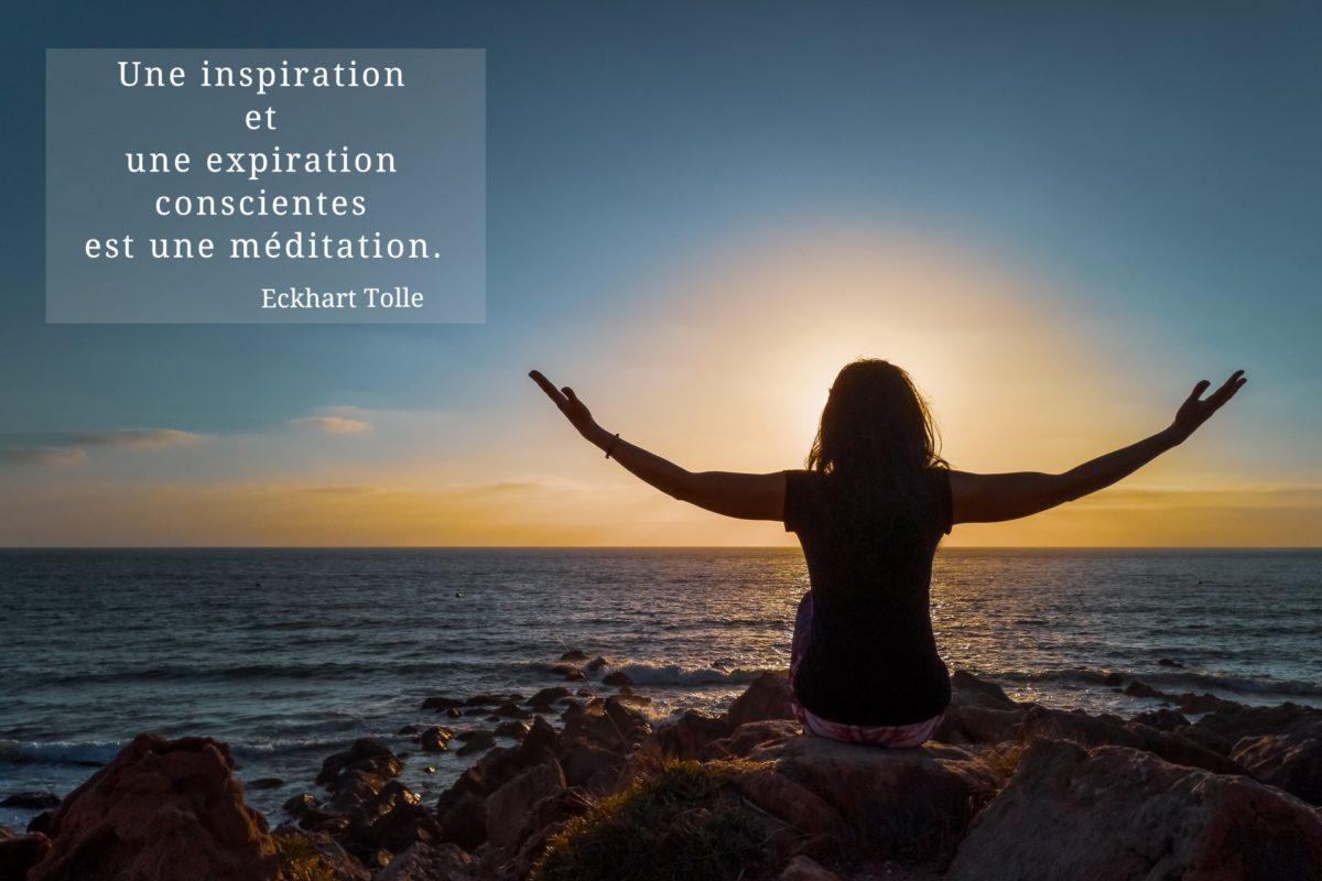 Respiration au yoga citation ombre de femme coucher de soleil paix sérénité de l'esprit